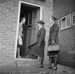 TRAINING QUEEN'S NURSES: DISTRICT NURSE TRAINING AT THE QUEEN'S INSTITUTE OF DISTRICT NURSING, GUILDFORD, SURREY, ENGLAND, UK, 1944