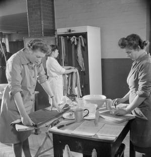 ATS DOMESTIC SCIENCE COURSE: HOME MANAGEMENT TRAINING, NOTTING HILL GATE, LONDON, ENGLAND, UK, 1944