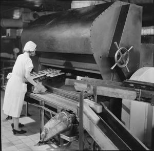 A MODERN BAKERY: THE WORK OF WONDER BAKERY, WOOD GREEN, LONDON, ENGLAND, UK, 1944