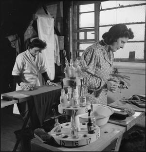 LAUNDRY IN WARTIME: THE WORK OF GLENIFFER LAUNDRY, CATFORD, LONDON, ENGLAND, UK, 1944