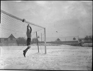 FAIREYS PLAY SOCCER: A WOMEN'S FOOTBALL MATCH BETWEEN FAIREY AND AV ROE, FALLOWFIELD, MANCHESTER, LANCASHIRE, ENGLAND, UK, 1944