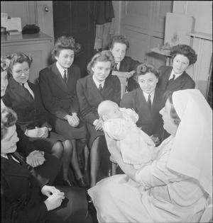 WRENS LEARN MOTHERCRAFT: MEMBERS OF THE WOMEN'S ROYAL NAVAL SERVICE RECEIVE TRAINING FROM THE MOTHERCRAFT TRAINING SOCIETY, LONDON, ENGLAND, UK, 1945