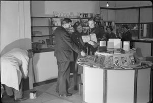 A SOLDIER OPENS A SHOP: TROOPER WILLIAM VAUGHAN OPENS A BOOK SHOP ON TOTTENHAM COURT ROAD, LONDON, ENGLAND, UK, 1945