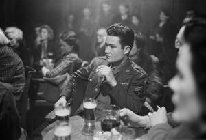 PUBLIC HOUSE DEBATE: DEBATING SOCIETY MEETINGS AT 'THE FREEMASON'S ARMS', HAMPSTEAD, LONDON, ENGLAND, UK, 1945