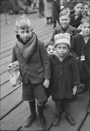 DUTCH CHILD REFUGEES: ARRIVAL IN BRITAIN AT TILBURY, ESSEX, ENGLAND, UK, 1945