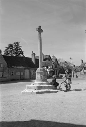 WILTSHIRE VILLAGE: EVERYDAY LIFE IN LACOCK, WILTSHIRE, ENGLAND, UK, 1945