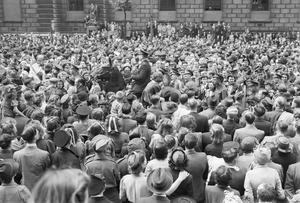 VE DAY CELEBRATIONS IN LONDON, ENGLAND, UK, 8 MAY 1945