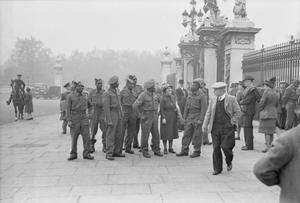 EAST AFRICANS IN LONDON: LIBERATED EAST AFRICAN SOLDIERS SEE THE SIGHTS, LONDON, ENGLAND, UK, 1945