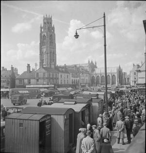 BOSTON MARKET: THE COUNTRY MARKET AND MAY FAIR, BOSTON, LINCOLNSHIRE, ENGLAND, UK, 1945