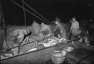 GRIMSBY TRAWLERS: EVERYDAY LIFE WITH THE FISHERMEN, GRIMSBY, LINCOLNSHIRE, ENGLAND, UK, 1945