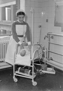 BABY'S LIFE SAVING COT DESIGNED BY NURSE AT MIDDLESEX HOSPITAL, LONDON, ENGLAND, UK, 1945