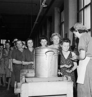 THE BRITISH COTTON INDUSTRY: EVERYDAY LIFE AT A BRITISH COTTON MILL, LANCASHIRE, ENGLAND, UK, 1945