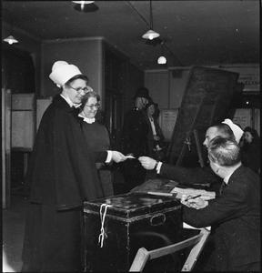 LONDONERS RECORD THEIR VOTE ON NATIONAL POLLING DAY, HOLBORN, LONDON, ENGLAND, UK, 5 JULY 1945