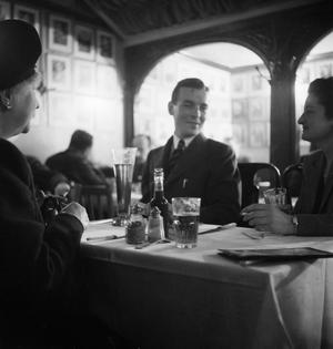 BELGIAN CLUBS AND CAFES IN LONDON: REST, RELAXATION AND ENTERTAINMENT, LONDON, ENGLAND, UK, 1945