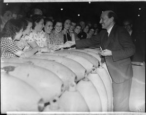 CLEMENT ATTLEE VISITS ROYAL ORDNANCE FACTORY HEREFORD, HEREFORDSHIRE, ENGLAND, UK, JULY 1941