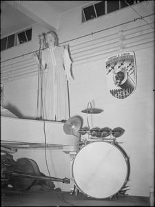 GRACIE FIELDS SINGS AT A MUNITIONS FACTORY, UK, 1941
