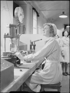 EVERYDAY LIFE AT A MUNITIONS FACTORY, UK, 1941