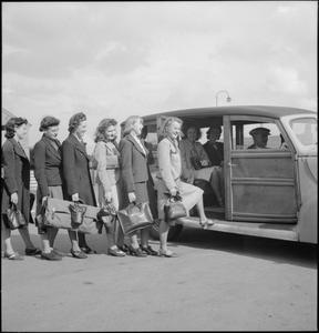 MUNITION TRAINEES TRAVEL HOME, UK, 1941