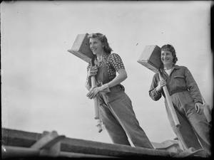 FEMALE BUILDERS AT WORK, UK, 1941