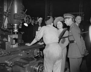 A ROYAL VISIT TO THORP ARCH ROYAL ORDNANCE FACTORY, WETHERBY, YORKSHIRE, ENGLAND, UK, 1941