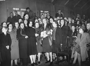 VERA LYNN VISITS A MUNITIONS FACTORY, UK, 1941