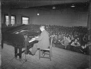 CARROLL GIBBONS ENTERTAINS WAR WORKERS, UK, c 1942