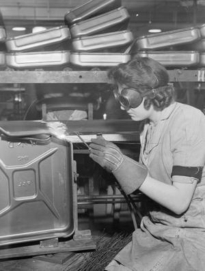 WAR INDUSTRY: JERRICAN CONSTRUCTION, UK, 1942