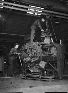MOTOR INDUSTRY AIDS THE ARMY, UK, 1943