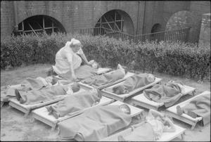 WAR WORKERS NURSERY AT THE CARNEGIE INSTITUTE, HOCKLEY, BIRMINGHAM, WARWICKSHIRE, ENGLAND, UK, 1941