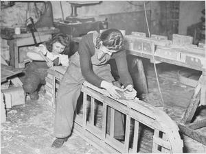 WAR INDUSTRY: BOAT BUILDING IN BRISTOL, GLOUCESTERSHIRE, ENGLAND, UK, 1944