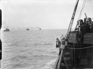 AT SEA WITH BRITISH MINESWEEPERS. NOVEMBER 1941, ON BOARD A MINESWEEPING TRAWLER OF THE DOVER COMMAND DURING A SWEEP WITH OTHER MINESWEEPING TRAWLERS OF THE COMMAND.