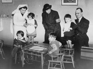 HANDING OVER WVS WAR NURSERY, MANOR HOUSE, WENDOVER, BUCKINGHAMSHIRE, ENGLAND, UK, 1941