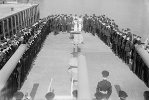 DUNDEE'S PLAQUE FOR THE CRUISER CEYLON. 2 JULY 1943, GLASGOW. THE LORD PROVOST OF DUNDEE, LORD PROVOST GARNET WILSON, ACCOMPANIED BY BAILIE COLIN BAIRD, BAILIE CALDWELL, AND OTHER MEMBERS OF THE CORPORATION PRESENTED A PLAQUE TO THE BRITISH CRUISER HMS CEYLON TO COMMEMORATE HER ADOPTION BY THE CITIZENS OF DUNDEE. THE CAPTAIN OF THE CEYLON MADE A RETURN PRESENTATION TO THE CITIZENS; A PLAQUE REPLICA OF THE CREST OF THE CEYLON, WHICH WAS HANDED OVER ON BEHALF OF THE LORDS COMMISSIONERS OF THE ADMIRALTY.