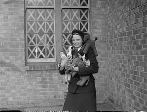 WRENS MAKE CHRISTMAS TOYS. 24 NOVEMBER 1943, RNAH, RANEHILL, LANCS. WRENS MAKE WOOLLEN AND CLOTH TOYS OUT OF DISCARDED CLOTHING, TO GO TO CHARITABLE ASSOCIATIONS FOR DISTRIBUTION AS CHRISTMAS PRESENTS.
