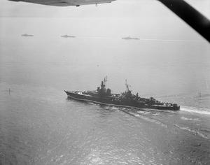 THE AUGUSTA AND HER ESCORT IN THE CHANNEL. 14 JULY 1945, AERIAL PHOTOGRAPH, APPROACHING THE DOWNS. THE US CRUISER AUGUSTA, CARRYING PRESIDENT TRUMAN TO THE BIG THREE MEETING, APPROACHED THE DOWNS WITH HER ESCORT OF THE BRITISH CRUISER HMS BIRMINGHAM AND HM DESTROYERS SERAPIS, OBDURATE, OBEDIENT, ZEALOUS, ZEPHYR, AND ZODIAC, AND THE US CRUISER PHILADELPHIA.