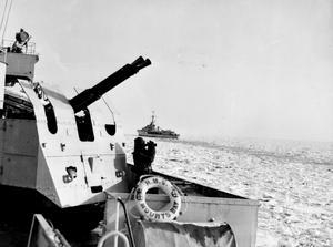 NAVY PATROLS IN ICY KOREAN WATERS. MARCH 1952, ON BOARD THE FRIGATE HMS MOUNTS BAY IN KOREAN WATERS.