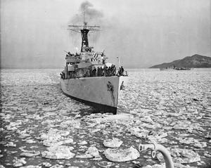 NAVY PATROLS IN ICY KOREAN WATERS. MARCH 1952, ON BOARD THE FRIGATE HMS MOUNTS BAY OFF THE WEST COAST OF KOREA.