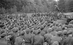 GENERAL MONTGOMERY INSPECTS ROYAL ULSTER RIFLES, MAY 1944