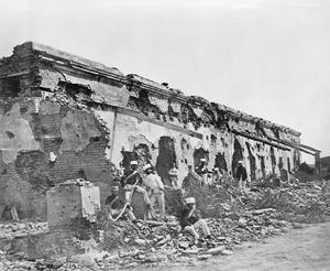 Note the damage to the structure. Soldiers of the 1st Madras Fusiliers seated amongst the remains of the British entrenchment de fences to barracks at Cawnpore which General Sir Hugh Massy Wheeler surrendered in June 1857.  |  Image by Felice Beato; source & courtesy - iwm.org.uk  |  Click for image.