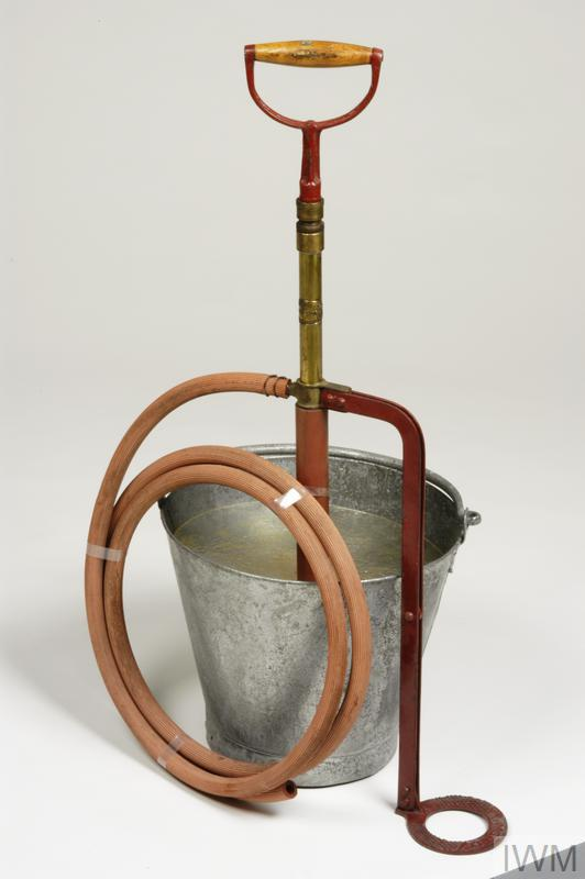 stirrup pump (with hose)