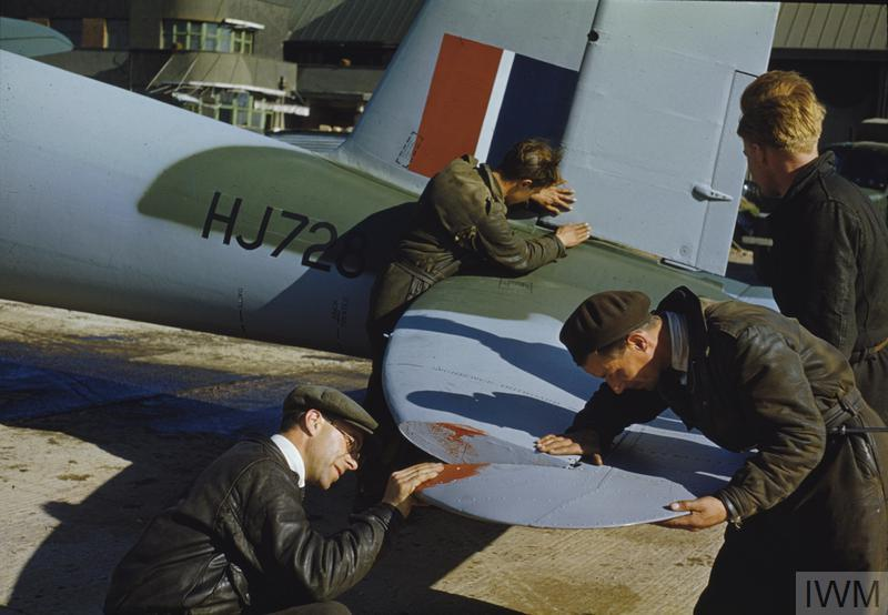 BUILDING MOSQUITO AIRCRAFT AT THE DE HAVILLAND FACTORY IN HATFIELD, HERTFORDSHIRE, 1943