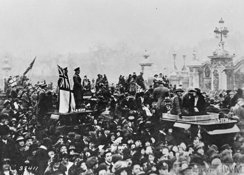 Q 56642 Crowds at Buckingham Palace in London celebrate the signing of the Armistice, 11 November 1918