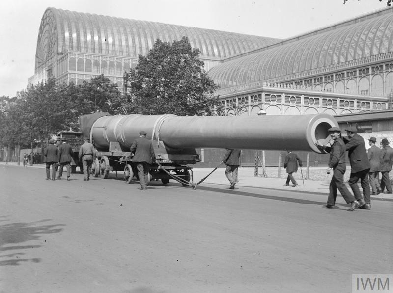 An 18 inch naval gun arriving at the Imperial War Museum, Crystal Palace.