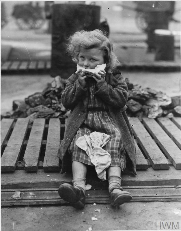 AMERICAN LEASE AND LEND FOOD BEING EATEN BY IN ENGLAND, LIVERPOOL, LANCASHIRE, ENGLAND, UK, 1941