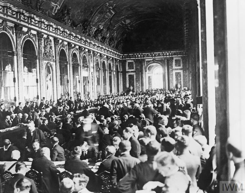Q 14998 Scene at the signing of the Peace Treaty in the Hall of Mirrors, Trianon Palace, Versailles, 28 June 1919.