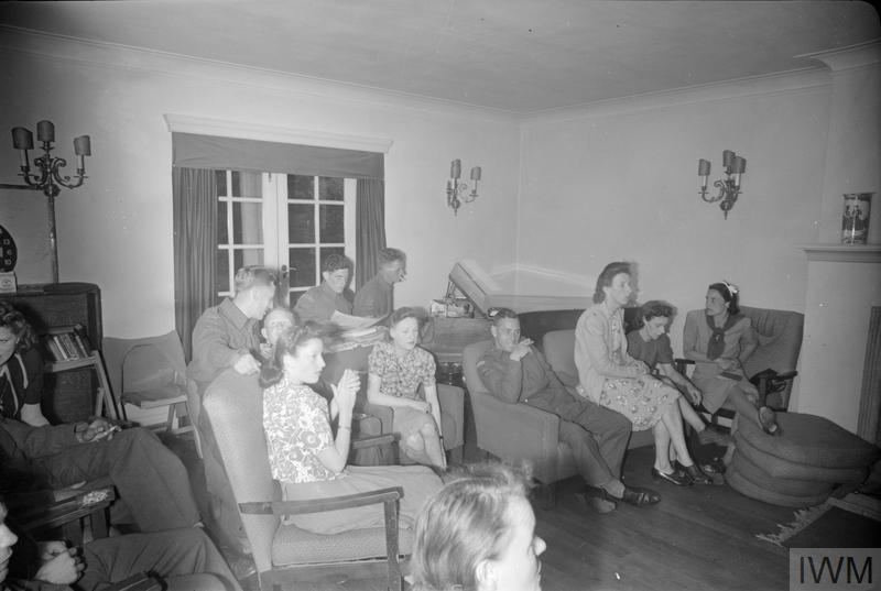 REST BREAK HOUSE FOR WOMEN WAR WORKERS: REST AND RELAXATION IN WALTON-ON-THE-HILL, SURREY, ENGLAND, UK, 1944