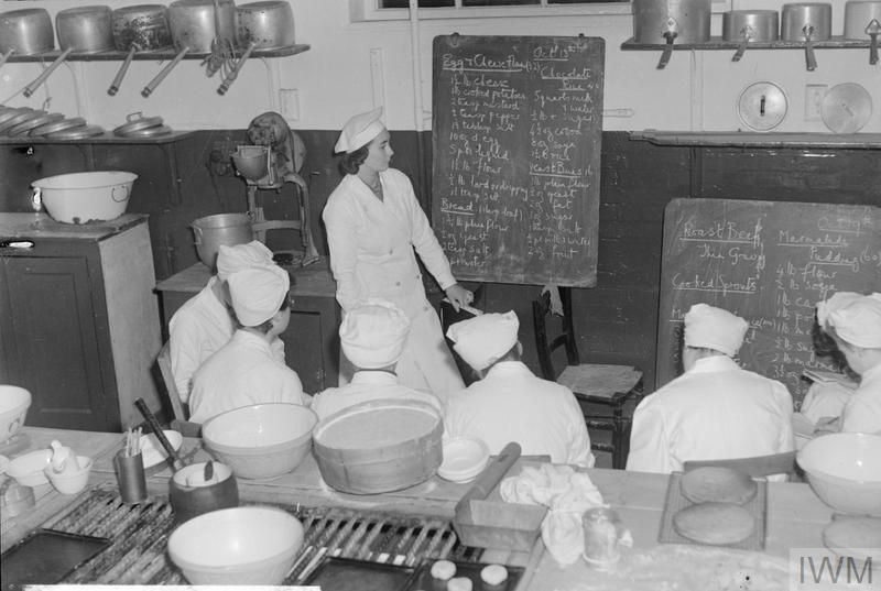 THEY TRAIN TO BE COOKS: COOKERY CLASSES AT THE NATIONAL TRAINING COLLEGE OF DOMESTIC SCIENCE, WESTMINSTER, LONDON, ENGLAND, UK, OCTOBER 1944