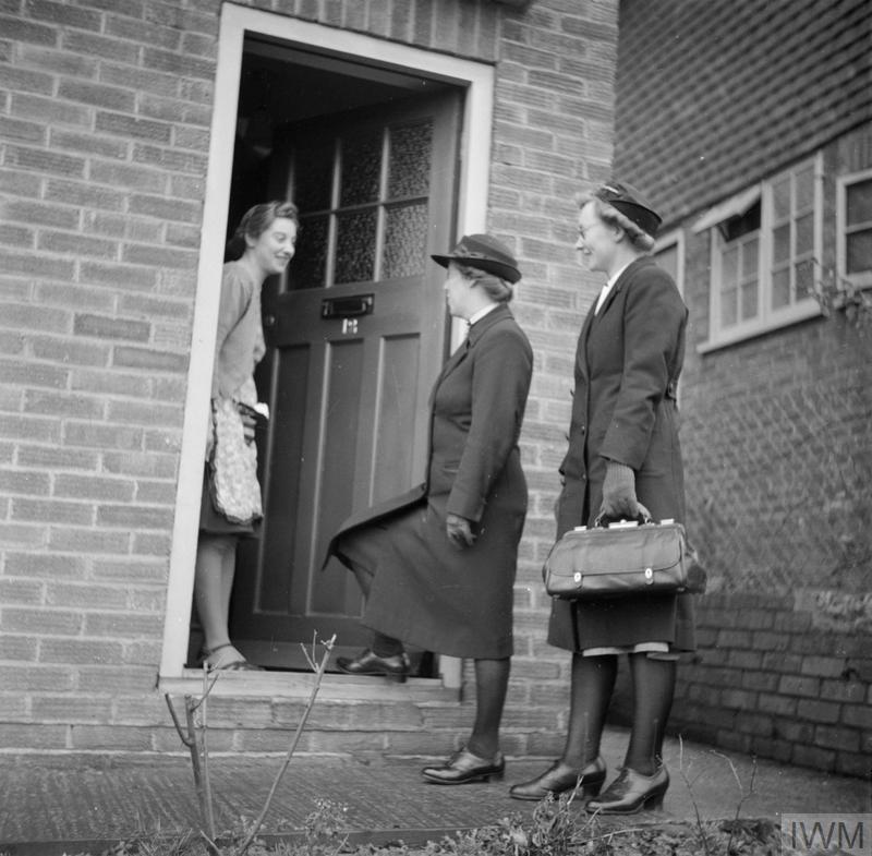 TRAINING QUEEN'S NURSES: DISTRICT NURSE TRAINING AT THE QUEEN'S INSTITUTE OF DISTRICT NURSING, GUILDFORD, SURREY, ENGLAND, UK, 1944