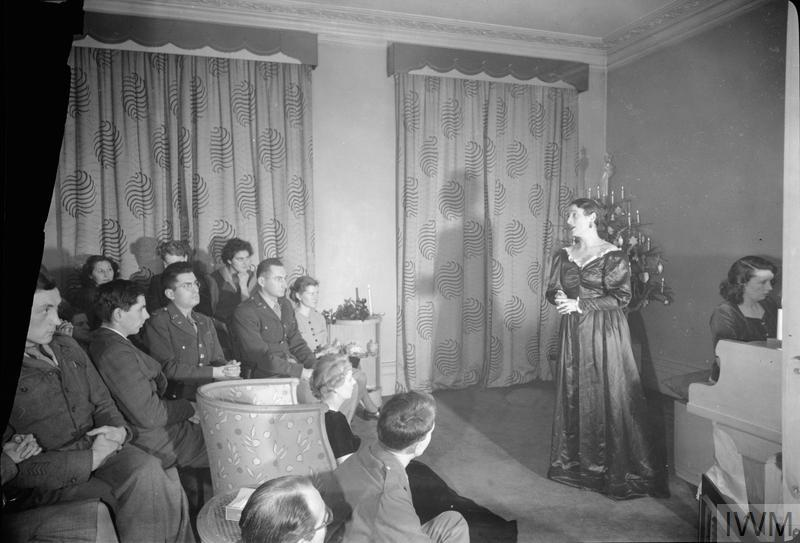 CHRISTMAS MUSIC PARTY FOR AMERICAN TROOPS: CELEBRATIONS IN LONDON, ENGLAND, UK, DECEMBER 1944