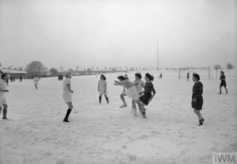 FAIREYS PLAY SOCCER: A WOMEN'S FOOTBALL MATCH BETWEEN FAIREY AND AV ROE, FALLOWFIELD, MANCHESTER, LANCASHIRE, ENGLAND, UK, 1944